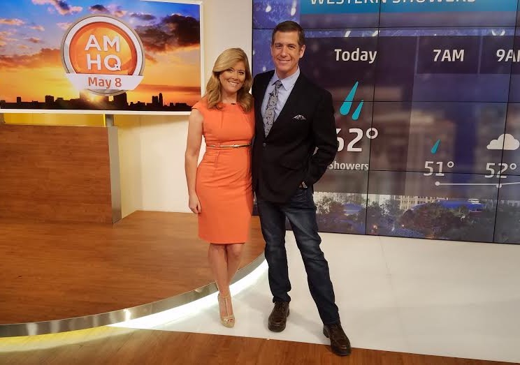 Kelly Cass looks hot in the orange dress and Reynolds looks total clad in the black suit. Kelly refers Reynolds as her TV husband.