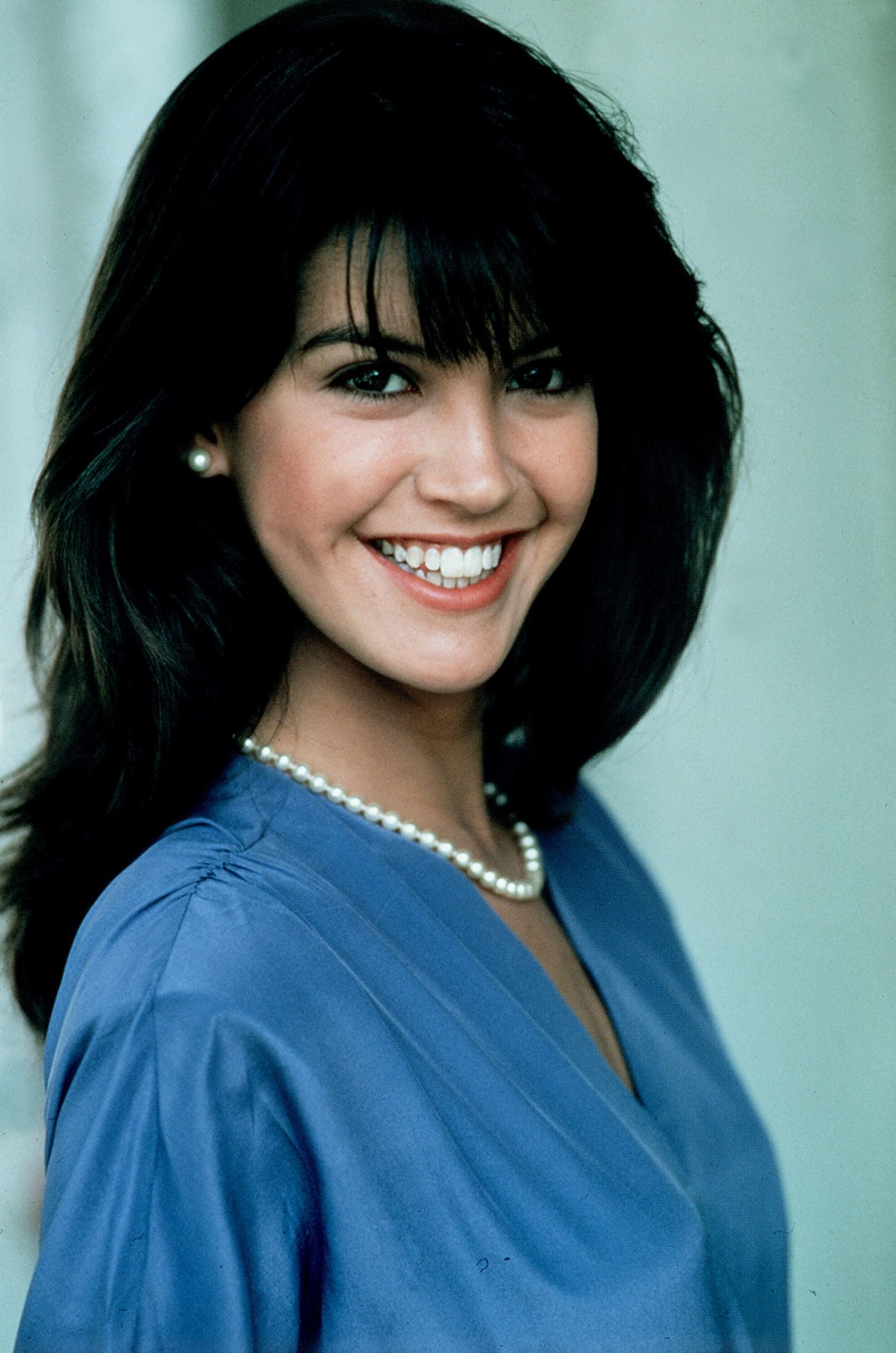 Smiling picture of Phoebe Cates in blue dress