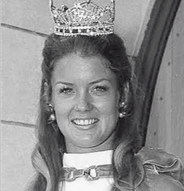 Mary Hart smiling proudly with the Miss Dakota 1970 victory crowned in  her head. She was of age 20, when she participated in the pageant.