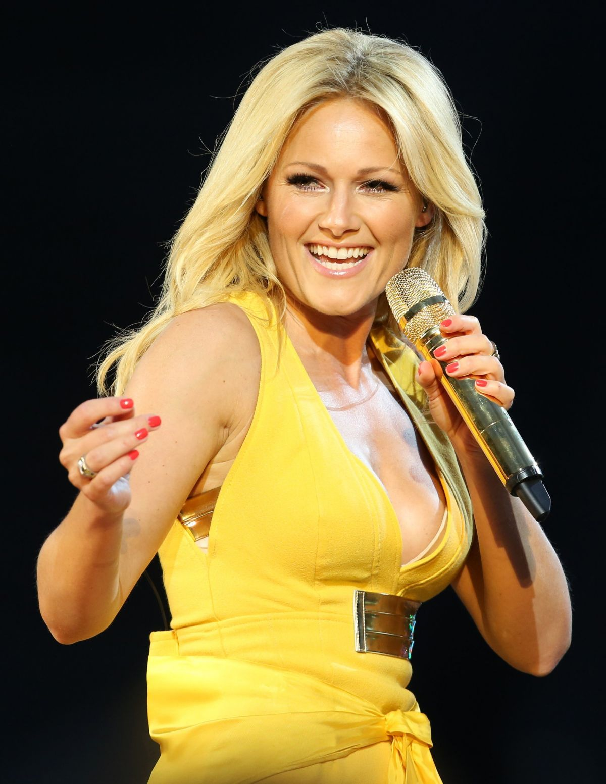 Helene Fischer performing in a stage wearing a yellow dress