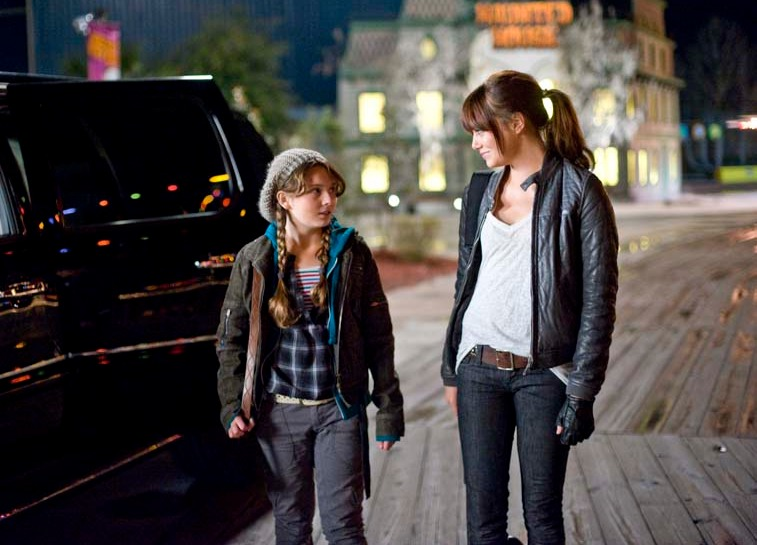 Emma Stone exchanging glances with her on screen sister, in the movie Zombieland.