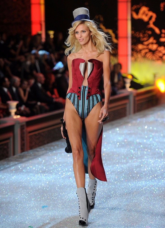 Anja Rubik looks hot while walking runway at Victoria's Secret's fashion show in 2011.