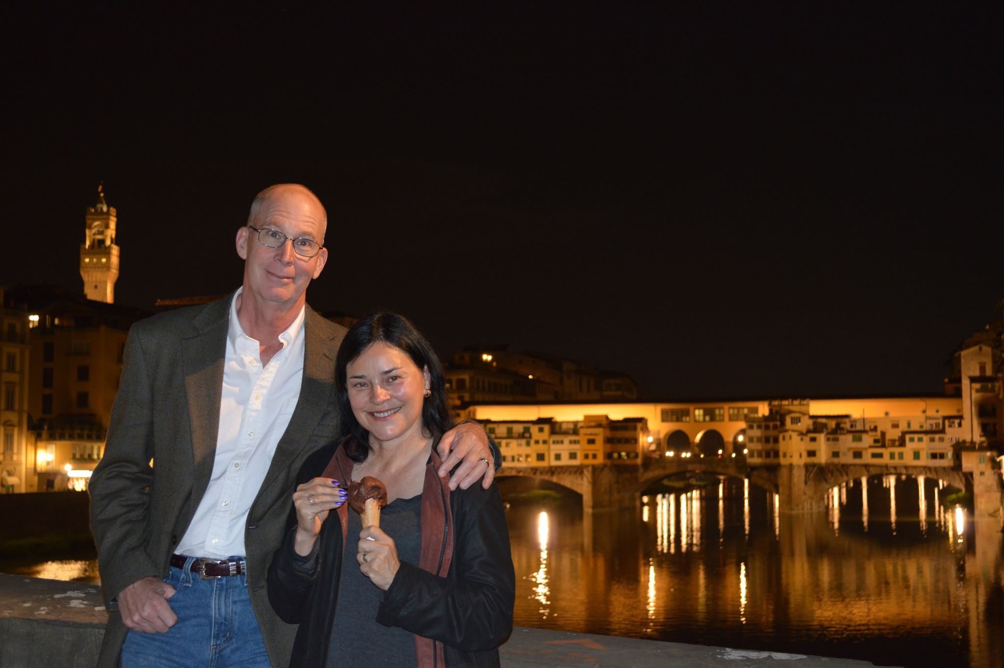 Diana Gabaldon with he husband at florence she is eating cioccolato fondente gelato.