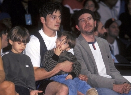 Jason Gedrick attends a show with his sons and Timothy Hutt. Garrett is standing to the left of Jason while Jian is sitting in the lap of the actor. Timothy Hutt is sitting alongside Jason on the right side. All of them seems to look away from the camera and in different directions.
