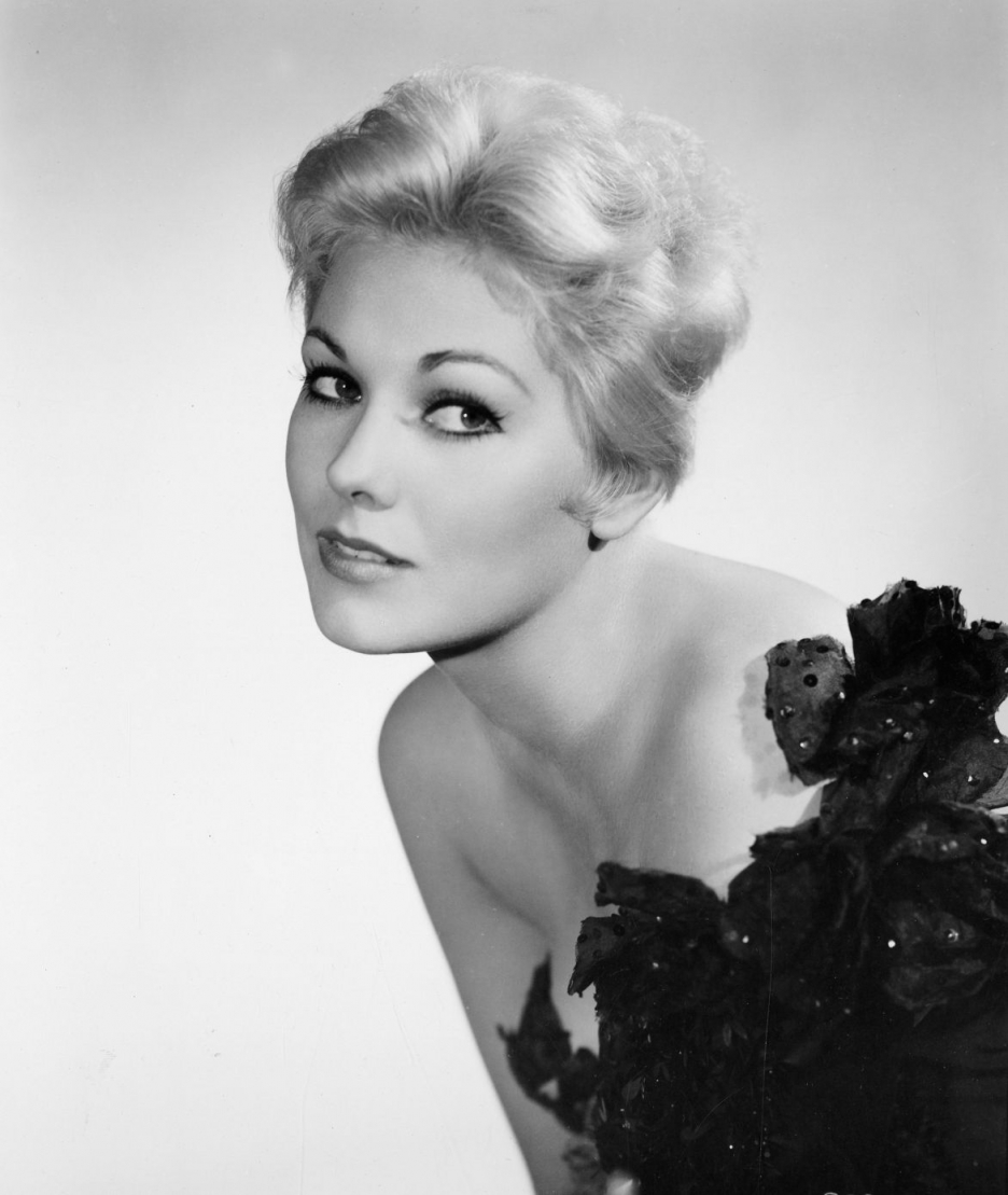 Kim Novak giving a seducing pose for photograph