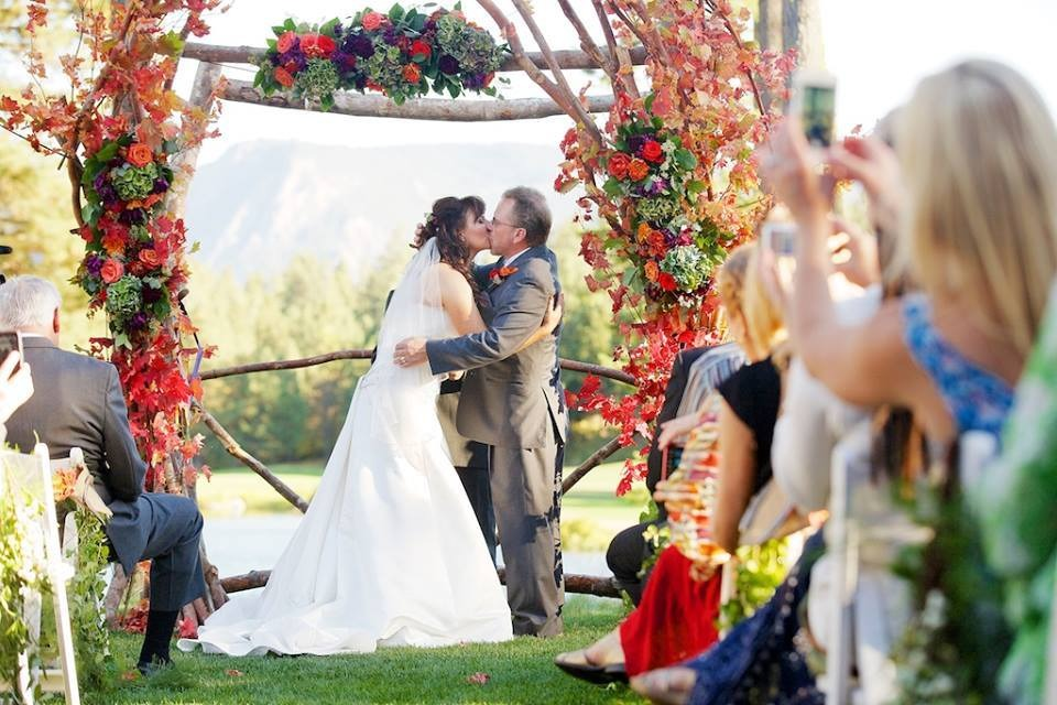 Norman Hansen and Samantha are kissing each other in their wedding ceremony