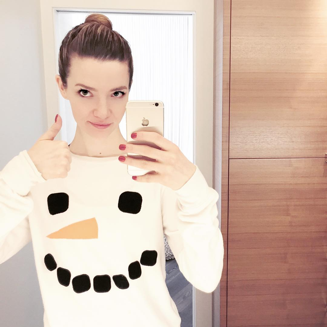 Talulah Riley is doing thumbs up as she takes mirror selfie