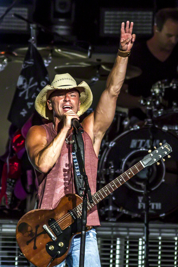 Kenny Chesney singing song on the stage