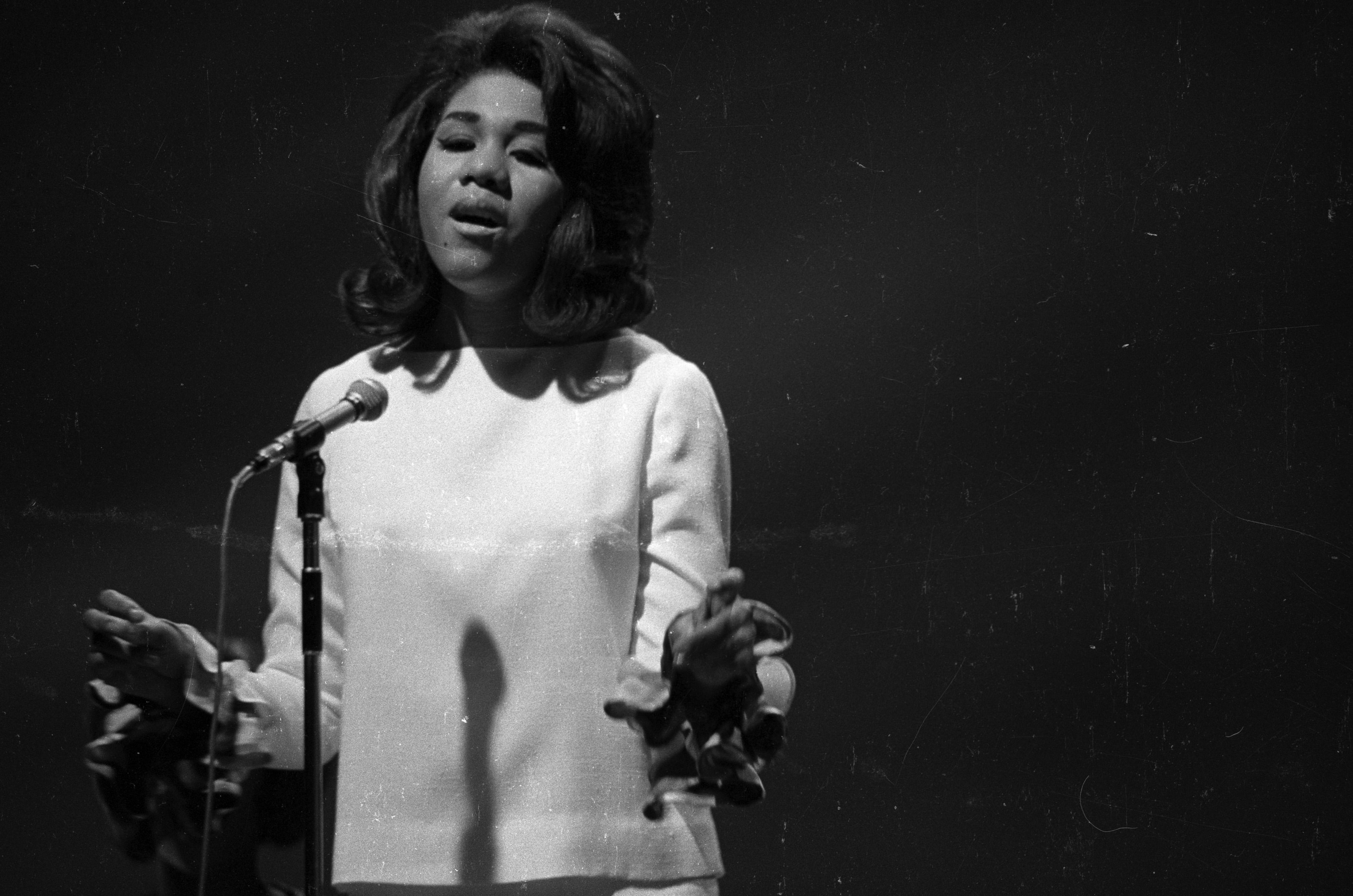 Backing singer, Clydie King singing on stage