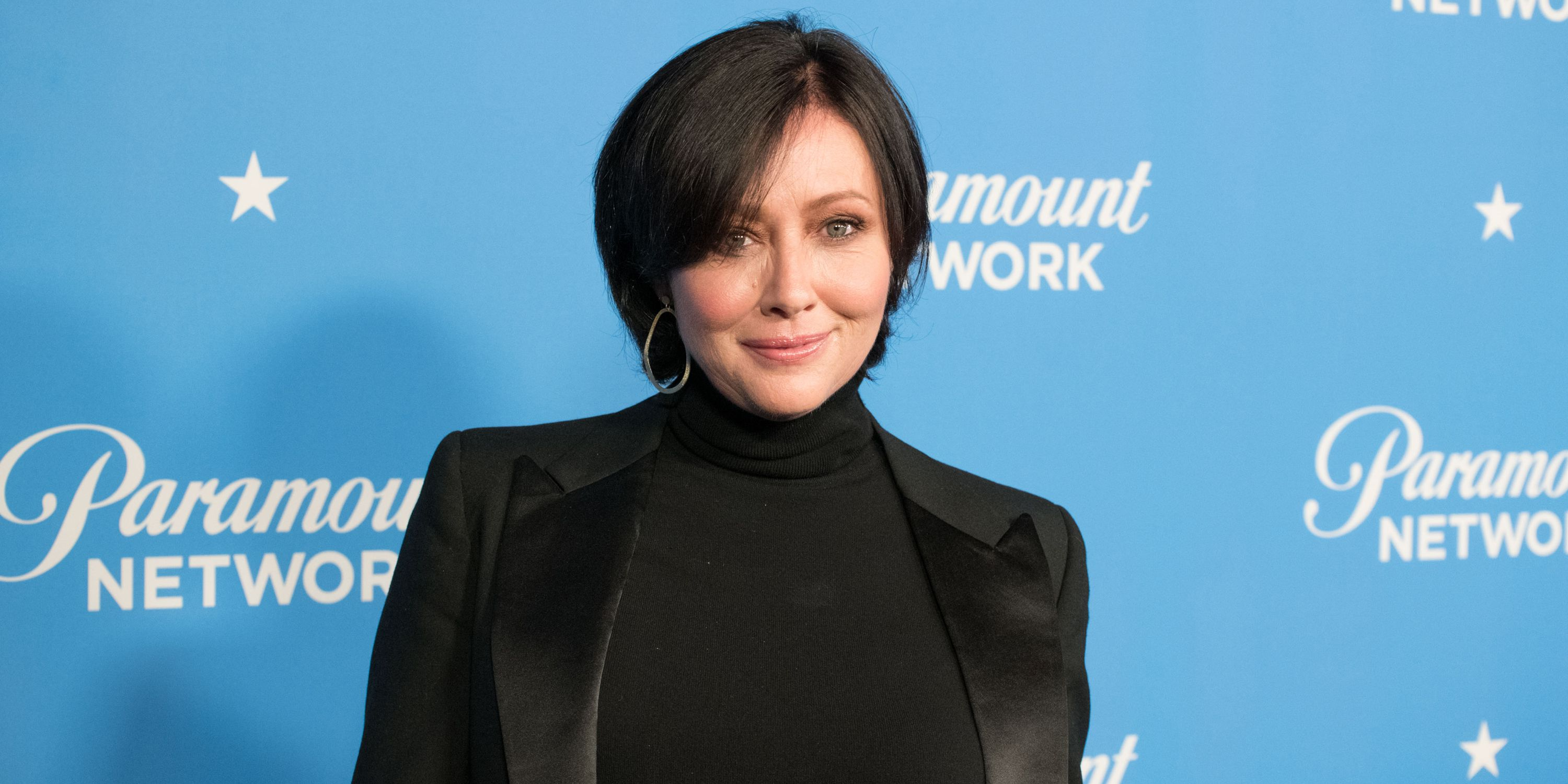 Shannen Doherty looking beautiful for a picture wearing a black dress