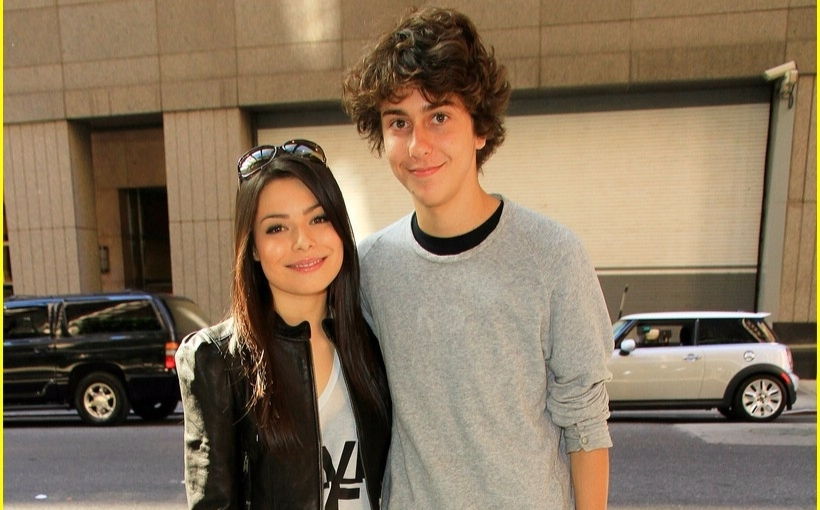 Miranda cosgrove and Nat Wolff are standing next to each other