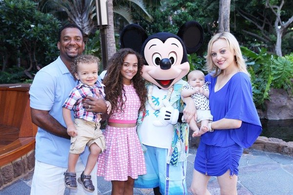 Alfonso Ribeiro poses with his family in their holiday at Hawaii