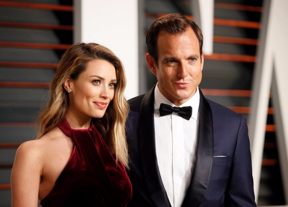Arielle Vandenberg standing next to boyfriend Will Arnett at the 2015 Vanity Fair Oscar Party red carpet