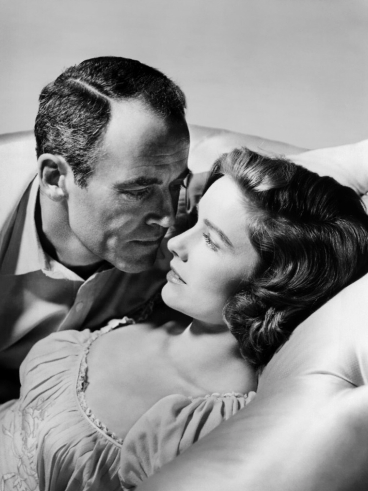Vera Miles and Henry fonda in romatic mode on the bed for movie