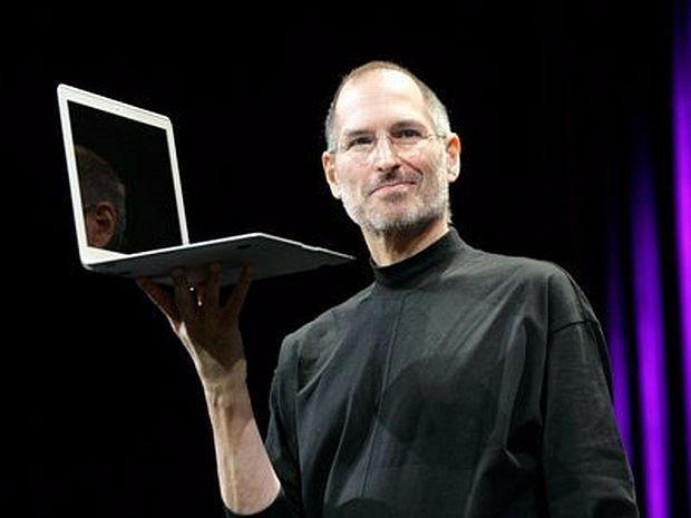 Steve Jobs introduces original Macbook Air in 2008