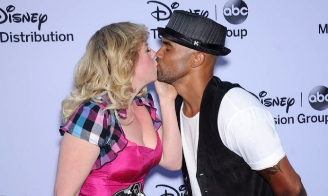Kristen Vangsness and Shemar Moore are having a lip to lip kiss