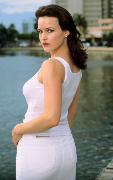 Carla Gugino looks so hot and beautiful in the white attire.