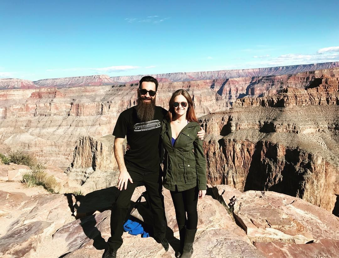 Aaron Kaufman is half embracing his girlfriend Lauren Moore Knob. They are at Grand Canyon West