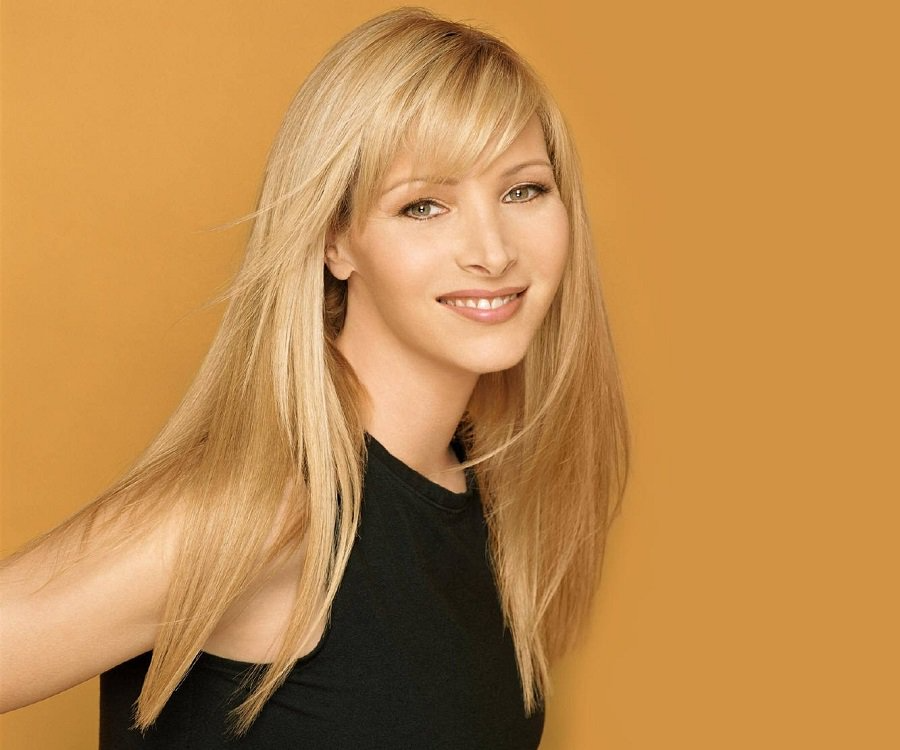 Lisa Kudrow is sliding her head to the right wearing a modest smile. She is rocking the signature blonde hair.