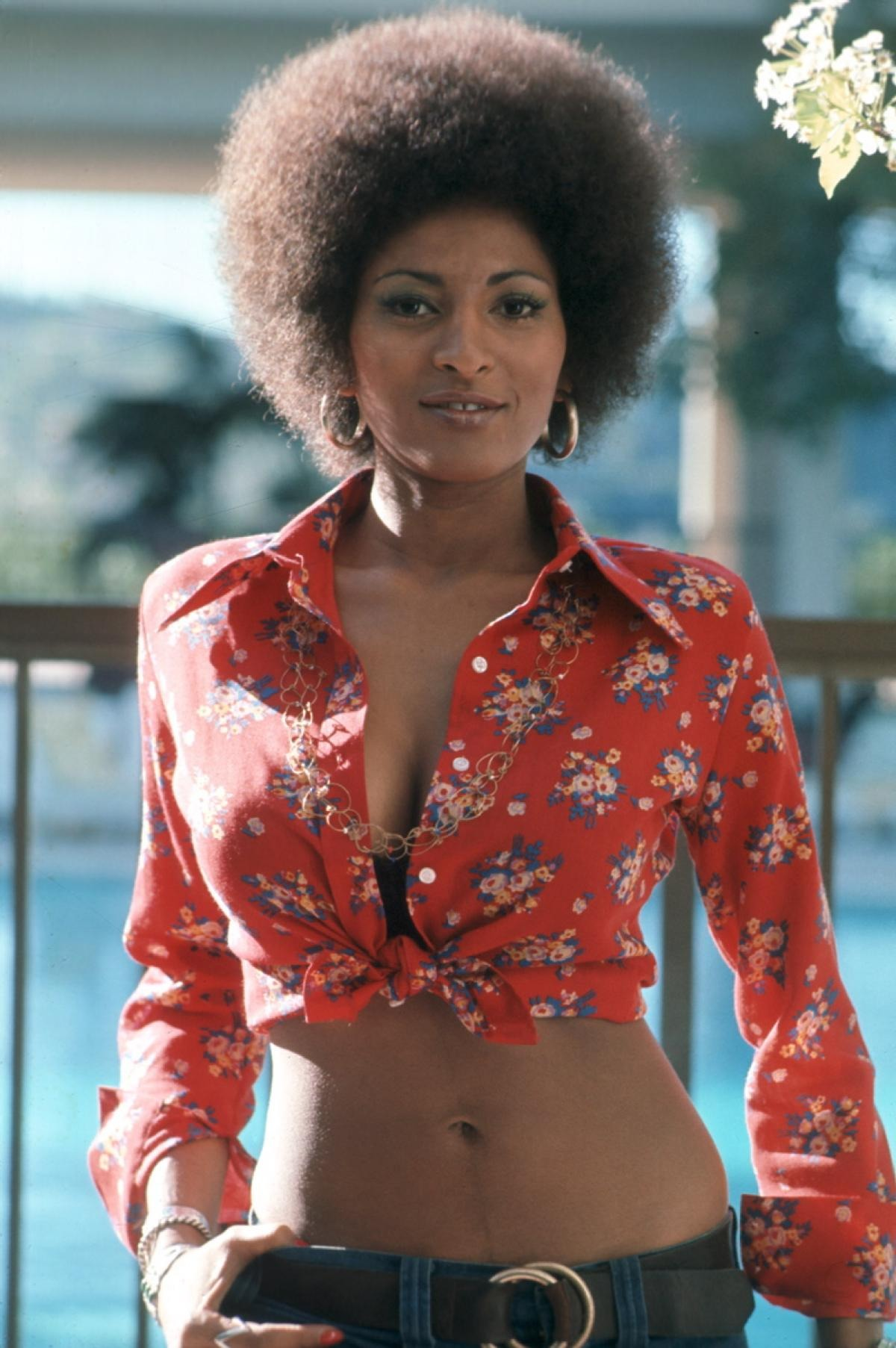 Pam Grier in floral print crop shirt. She looks hot and stunning. She is known for her work in several movies including Foxy Brown.