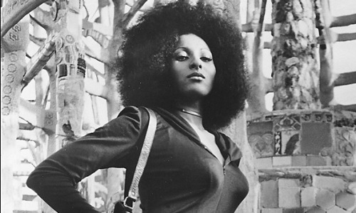 Foxy Brown fame Pam Grier looks sexy and attractive with that bold and confident look.