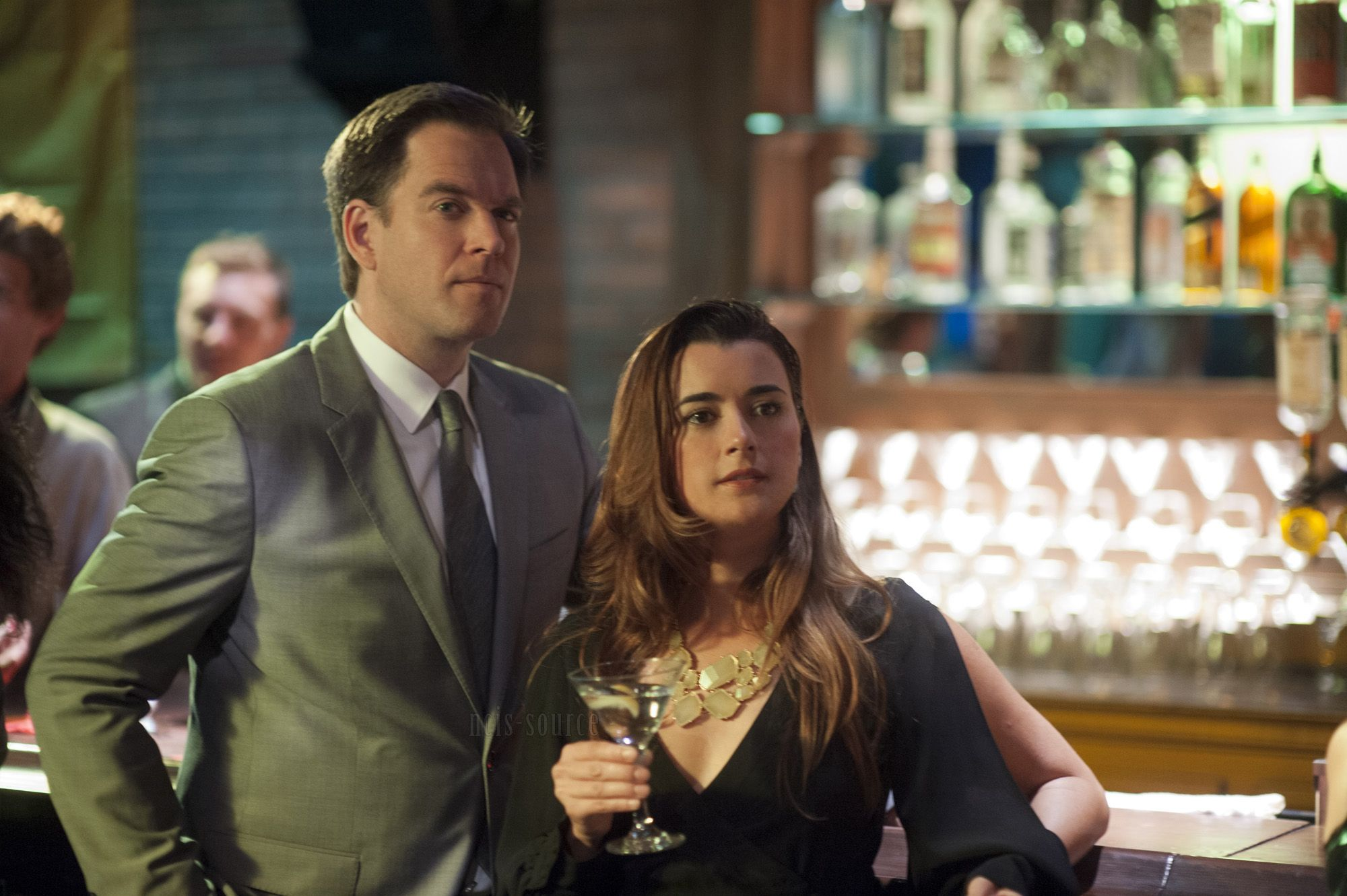 Micheal Weartherly and Cote de Pablo standing together in a bar