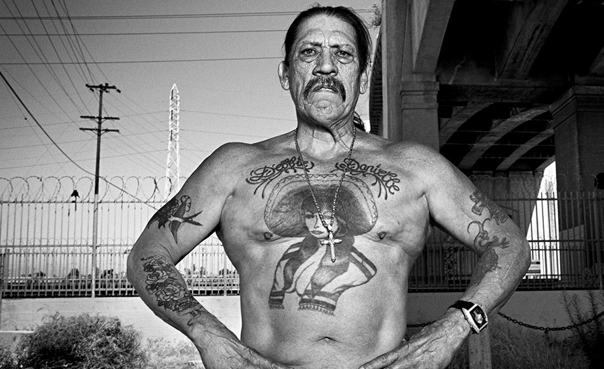 Danny Trejo is keeping his both hands on his waist