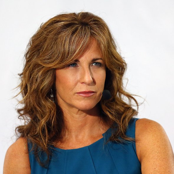 Suzy Kolber is looking smart in her blue tops and her hairstyle is doing enough justice to her look.