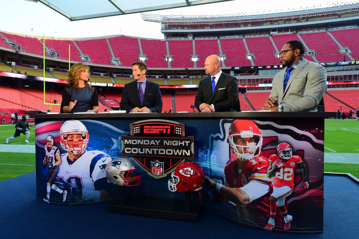 Suzy Kolber sits along with people related to the MNF game, they are discussing about the game.