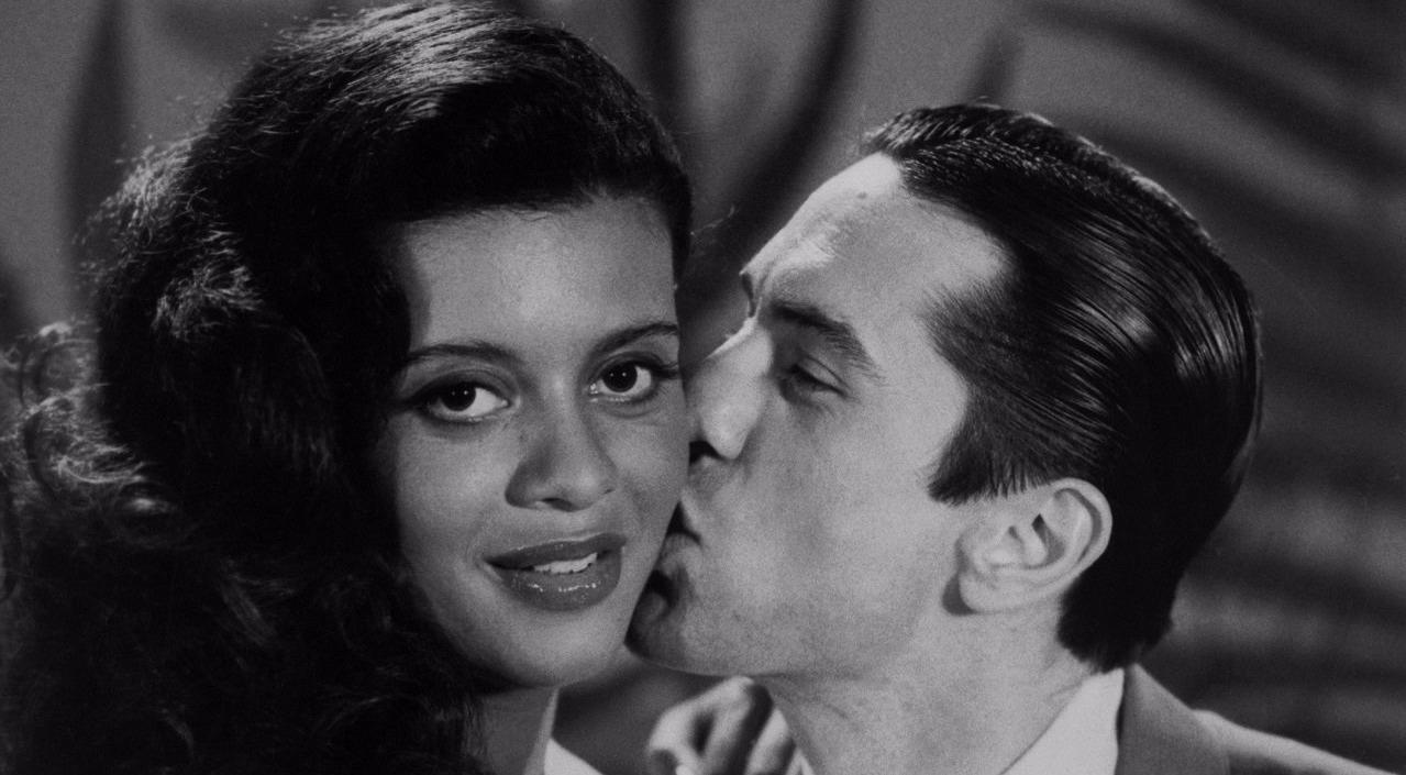 Robert De Niro is kissing Diahnne Abott