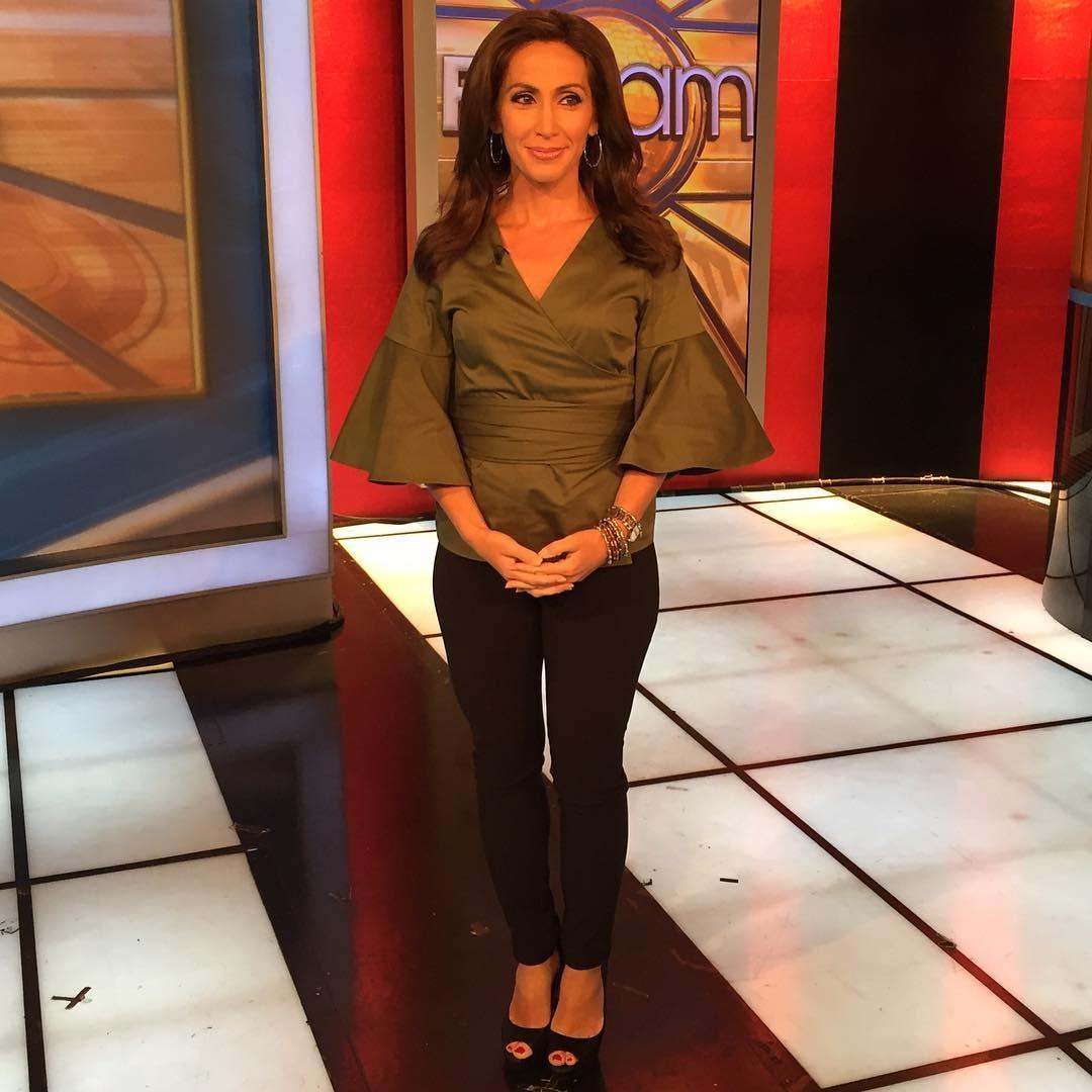 Lauren Simonetti standing in the FBN: AM studio. She is wearing green dress.