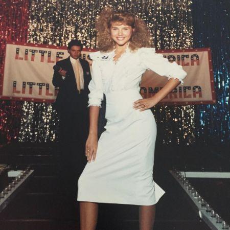 Tiffani Thiessen at a beauty pageant