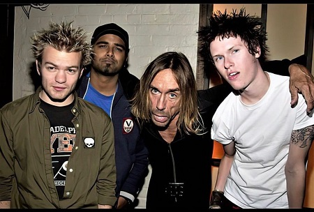 Deryck Whibley with his band member