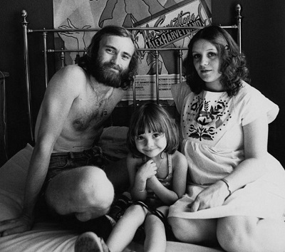 Canadian Actress and her daughter were posing with Phil Collins.
