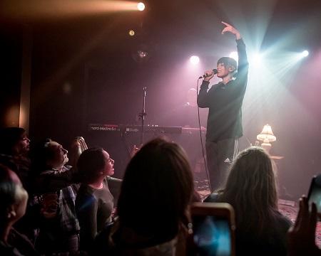 Sasha Alex Sloan  performing at a concert